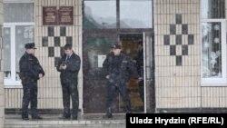 Міліцыянты каля школы № 2 у Стоўпцах пасьля падвойнага забойства. 11 лютага 2019 году