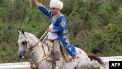 Гурбангулы Бердымухамедов, президент Туркменистана верхом на лошади.