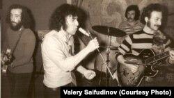 Советский рок-музыкант Валерий Сайфутдинов (в центре) на концерте в Риге незадолго до эмиграции в США. 1974 год.