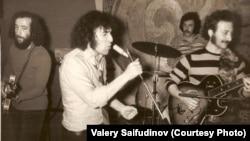 Советтік рок-әнші Валерий Сайфутдинов (ортада) АҚШ-қа эмиграцияға кетер алдындағы концертте. Рига, 1974 жыл.