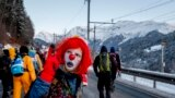 Давос шаарында климаттын өзгөрүшүнө каршы митингге чыккандардын бири клоундун кийимин кийип алган.Швейцария.