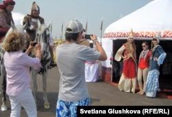 Астанада қыдырып жүрген адамдар. Астана, 5 шілде 2012 жыл. (Көрнекі сурет)