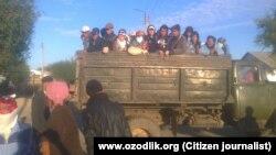 Мақта теруге бара жатқан адамдар. Қарақалпақстан, 3 қазан 2014 жыл.