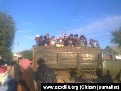 Студентов в Каркалпакстане везут на сбор хлопка. 3 октября 2014 года. Иллюстративное фото.