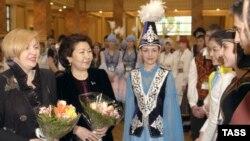 Сара Назарбаева (вторая слева), супруга президента Казахстана Нурсултана Назарбаева. Алматы, 29 апреля 2004 года.