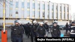 Policija ispred Narodne skupštine RS, 28. 12. 2015.