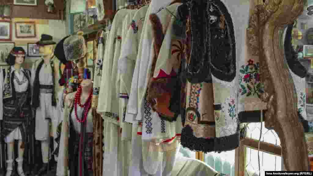 Особое место в музее занимает народная одежда. Здесь посетителям расскажут об одеянии предков, красках, материалах, орнаменте и его значении