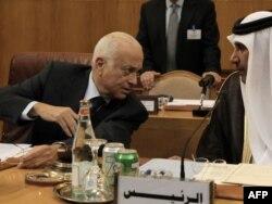 Арап лигасынын баш катчысы Набил ал Араби (солдо) менен Катардын тышкы иштер министри шейх Хамад Бин Жассим ал-Тани, Каир, 16-октябрь, 2011