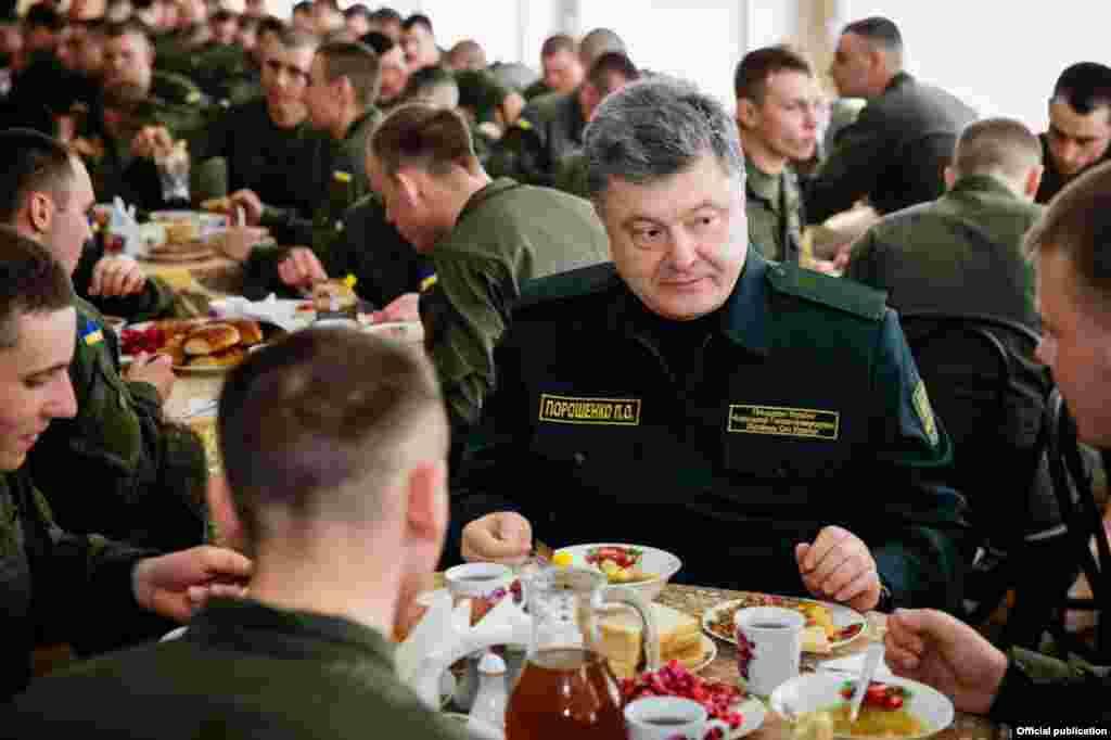 Робочий візит президента України Петра Порошенка до Національної гвардії у Харківській області. 26 травня 2015 року
