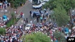 Ұйғырлар мен қытайлар қақтығысы кезінде түсірілген фото. Қытай, Үрімжі, 5 маусым 2009 жыл.