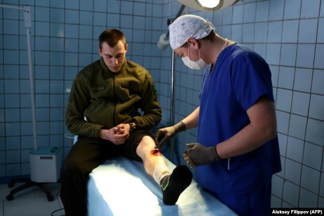 Лікар з пораненим українським військовослужбовцем у військовому госпіталі, Покровське у 2017 році