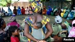 Majka sa djetetom na sastanku nekoliko zajednica koje zagovaraju zabranu genitalnog sakaćenja djevojčica i žena u Senegalu.
