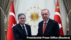 Посол США в Турции Дэвид Саттерфилд (слева) и президент Турции Реждем Тайип Эрдоган (архив)
