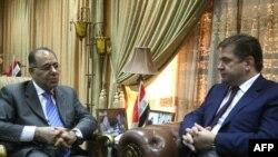 وزير الكهرباء العراقي كريم وحيد (يسار) يلتقي في بغداد بوزير الطاقة الروسي سيرغي شماتكو (يمبن)، 7 أيلول 2009