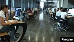 Компьютер қарап отырған студенттер. (Көрнекі сурет)