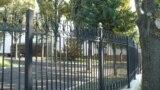 Gardul din spatele Parlamentului de la Chișinău