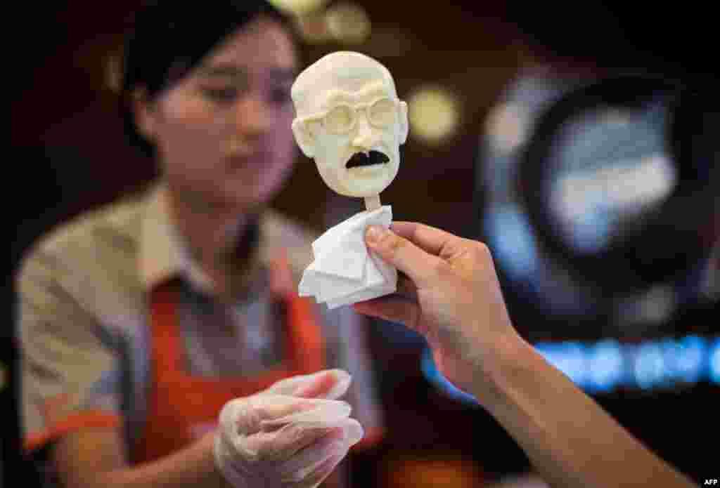 На честь 70-ї річниці в Китаї запустили виробництво морозива у формі голови японського військового злочинця – Хідекі Тодзио. У 1945 році його стратили через повішання, а вже в 2015-му у всіх китайців є можливість власноруч відновити справедливість і «відкусити» йому голову