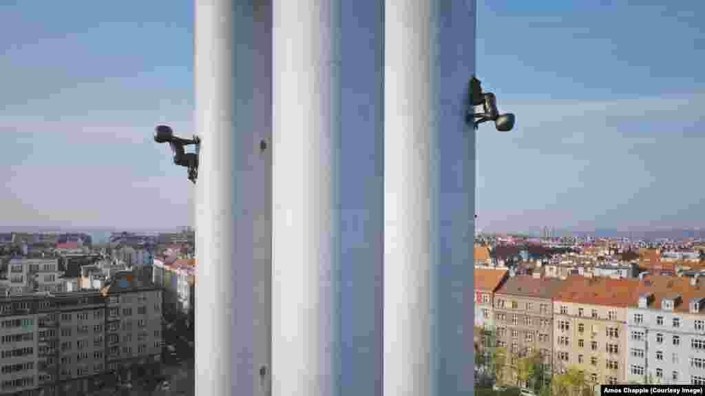 Бебета се катерят по телевизионната кула в Жижков, най-високата структура в Прага. Скулптурите на бебетата са дълги по 3,5 метра и тежат по 250 килограма. Те са създадени от съвременния чешки артист Давид Черни.
