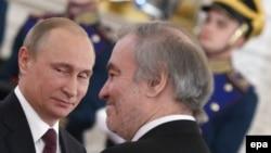 Президент Владимир Путин (л) награждает дирижера Валерий Гергиева, 12 июня 2016 года