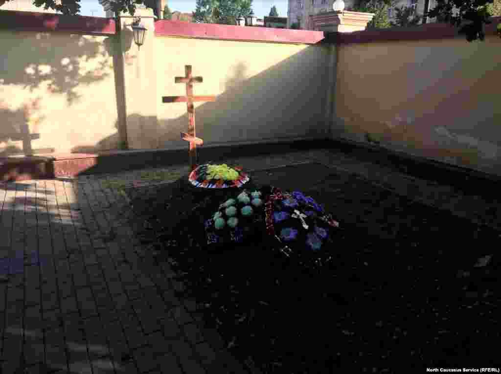 Могила прихожанина Артема Вшикова, погибшего при нападении, находится на территории храма.