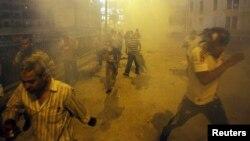 موالون للرئيس المصري المعزول محمد مرسي يفرون بعد أن أطلقت الشرطة بإتجاههم قنابل الغاز المسيل للدموع