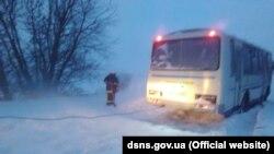 Рятувальники витягають із замету автобус із 12-ма пасажирами, Хмельницька область