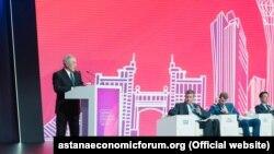 Первый президент Казахстана Нурсултан Назарбаев (слева) выступает на экономическом форуме. Нур-Султан, 16 мая 2019 года.