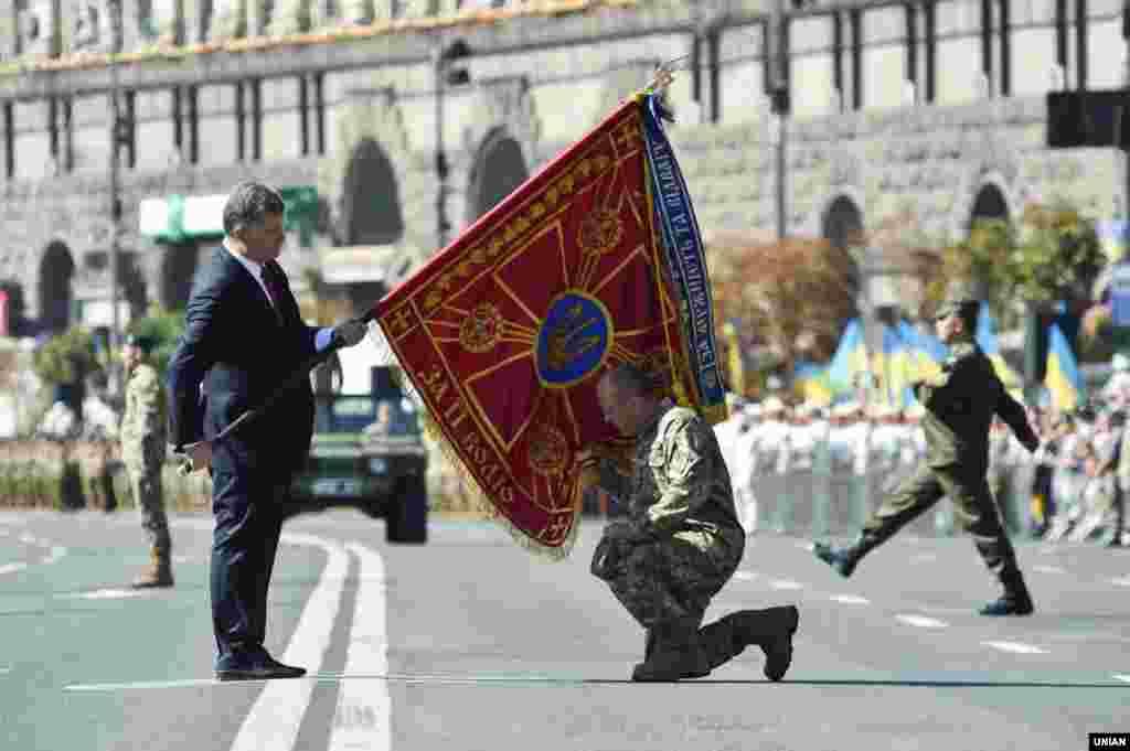 Церемонія вручення бойових прапорів військовим підрозділам із рук вищого командування ЗСУ на чолі з верховним головнокомандувачем Збройними силами України президентом Петром Порошенком