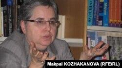 Саясаттанушы Марта Олкотт журналистермен кездесіп отыр. Алматы, 6 наурыз 2012 жыл