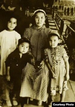 Acылбүбү апа балдары менен. 1960-жылдар.
