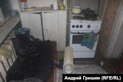 Кухня Федоровой, черная от гари после пожара