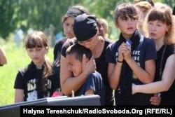 Дружина Наталія і діти прощаються з чоловіком і татом