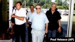 اوری لوبرانی (وسط) در زمان هدایت تیم مذاکرهکننده برای آزادی گروگانهای اسرائیلی