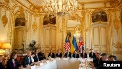 Джон Керрі (с), Андрій Дещиця (3-й п) і Вільям Гейґ (2-й л) на зустрічі в резиденції посла США в Парижі, 5 березня 2014 року