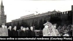 Nicolae Ceauşescu, la şedinţa Consiliului de Ajutor Economic Reciproc, depune flori la Mausoleul lui Lenin. (22 aprilie 1969). Fototeca online a comunismului românesc, cota:17/1969