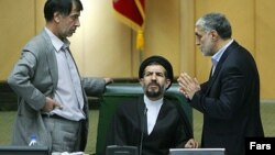 محمد حسن ابوترابی، نایب رئیس مجلس (در وسط)