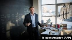 Глава Фонда борьбы с коррупцией Алексей Навальный в офисе организации, январь 2018 года