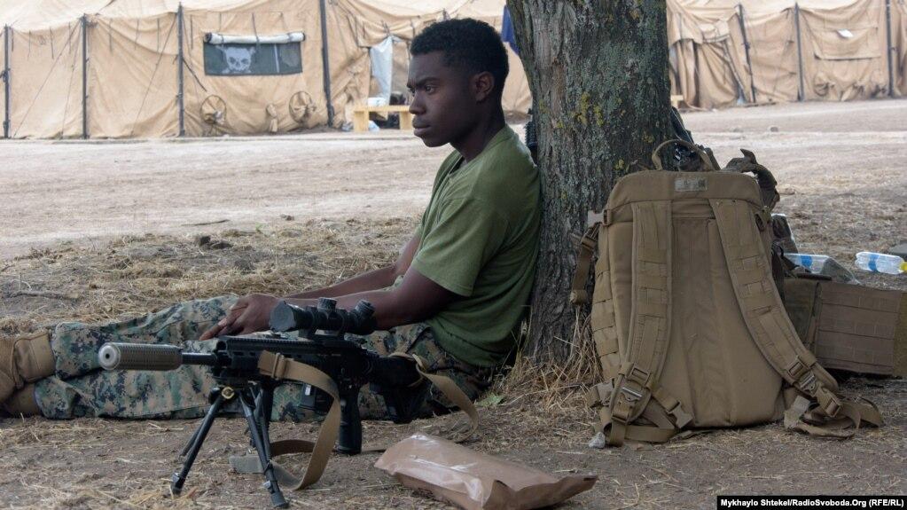Морські піхотинці чистять зброю та відпочивають