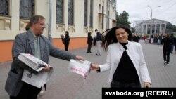 """Оппозиционные активисты раздают газету """"Народная воля""""в Минске."""