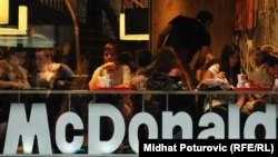 Ресторан быстрого питания McDonald's в Боснии. Иллюстративное фото.