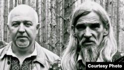 Юрій Шаповал і Юрій Дмитрієв в урочищі Сандармох, серпень 2009 року (фото Ірини Шатохіної)