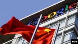 Пекиндегі Google штаб-пәтерінің алдында тұрған Қытай туы. 14 қаңтар, 2010 жыл