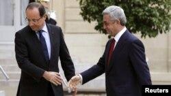 Fransa prezidenti Francois Hollande (solda) erməni həmkarı Serzh Sargsyanı qarşılayır. Paris, 12 noyanr 2012