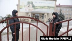 Міліцыянты каля школы №2 у Стоўпцах