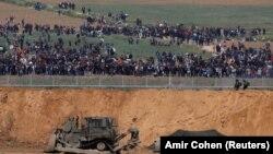 Израелската војска патролира долж границата каде се собрани демонстрантите во Појасот Газа