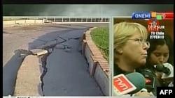 Чили: Телесур ТВсы өлкө президенти Мишел Бачле журналисттерге зилзала кесепеттери тууралуу сүйлөп жатканын көрсөтүүдө. 27-февраль, 2010-жыл.