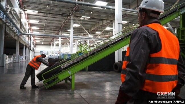 На заводі з виробництва штучної трави для футбольних полів кипить робота
