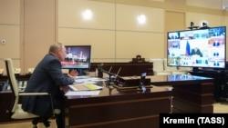 Президент Путин айни пайтда масофавий ишлашга ўтган.