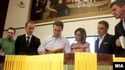 Премиерот Никола Груевски, министерот за образование Абдулаќим Адеми.