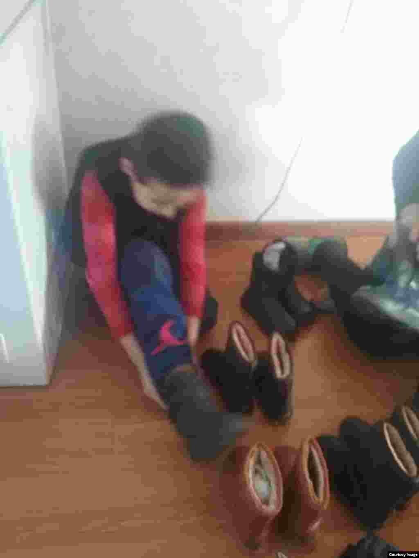 Ребенок примеряет обувь.